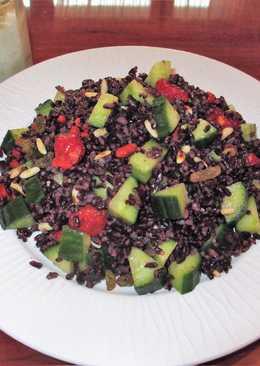 Ensalada de arroz negro con pepinos ygoji