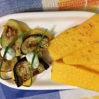 Tostadas de polenta acompañadas con verduras grilladas