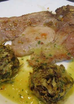 Cabecero de cerdo a la plancha, con alcachofas al ajillo y salsa alkale