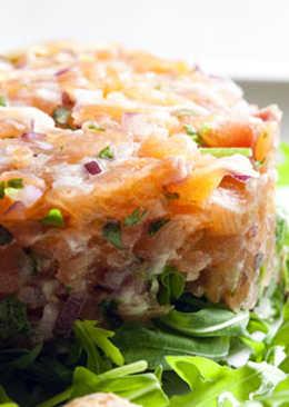Tartar de salmón marinado sencillo, entrante especial Navidad