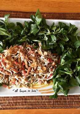 Ensalada de canónigos, gulas y champiñones