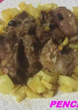 Costillejas de cerdo adobadas y asadas al ajo negro