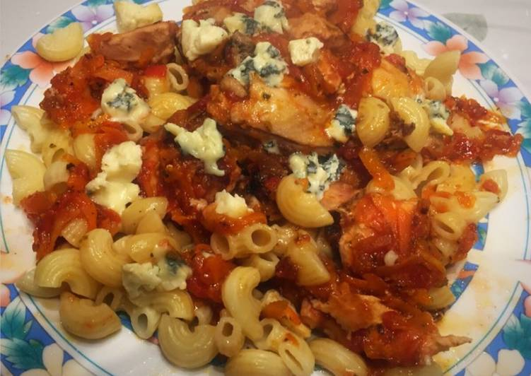 Estofado de pollo con tomate natural con fideos codito