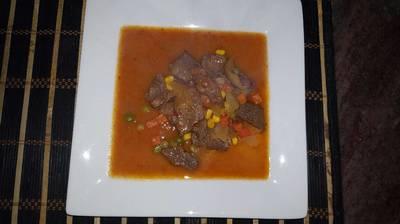 Carne de res con vegetales y salsa mixta
