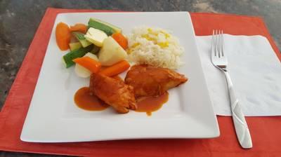 Exquisito pollo a la BBQ servido con vegetales