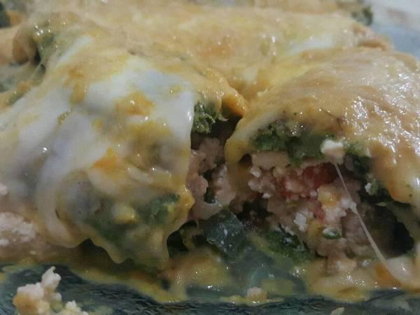 Canelones de verdura con relleno de pollo y salsa de calabaza