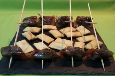 Rollitos de bacon y ciruelas