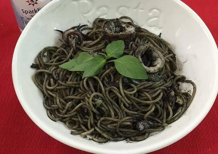 Spaghetti con calamares en su tinta