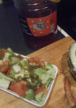 Ensalada con lechuga, aguacate, tomate, miel y aceite de ortigas