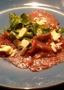Carpaccio de ternera con brotes tiernos de rúcula y parmesano
