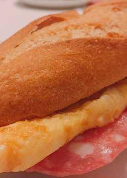 Bocadillo de tortilla francesa y queso!