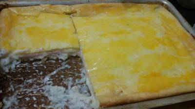 Torta de fiambre con salsa blanca