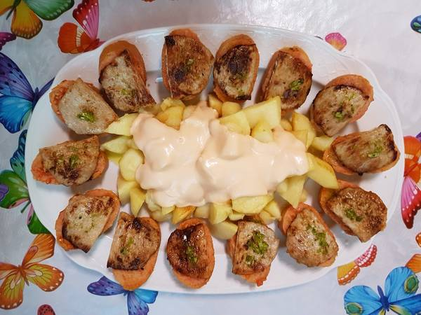 Patatas bravas y montaditos de lomo