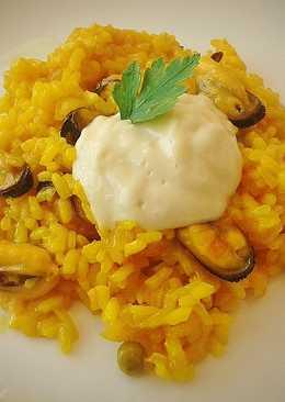 Paella de arroz con mejillones y alioli