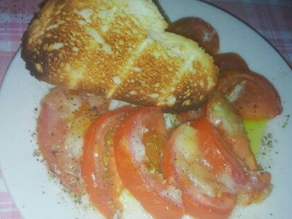 Ensalada de tomate y queso de cabra fundido