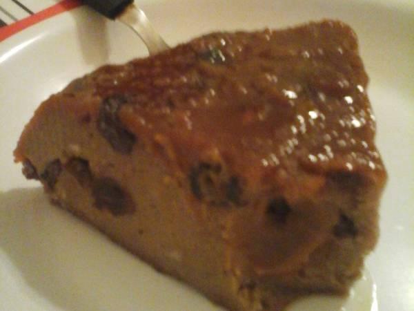 Budín de pan de chocolate con pasas de uvas y tropezones de dulce de leche