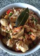 Cazuela de pollo, arroz, legumbres y champiñones