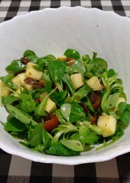 Ensalada de rúcula, canónigos, tomate, manzana y uvas pasas