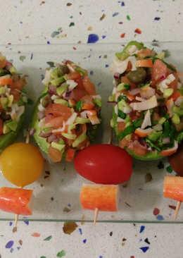 Aguacates rellenos de guacamole con surimi y cilantro