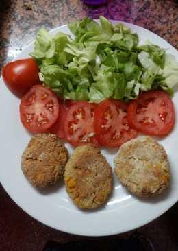 Hamburgusas de quinoa con vegetales, acompañada de ensalada