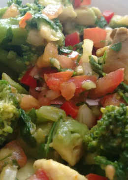 Setas ostra, brócoli, aguacate, tomate con toque de Agua de Mar