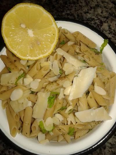 Macarrones integrales con limón y cilantro