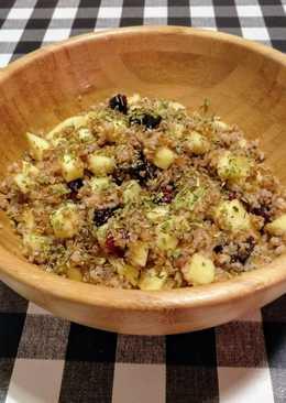 Bulgur integral con manzana fresca, ciruelas y arándanos secos