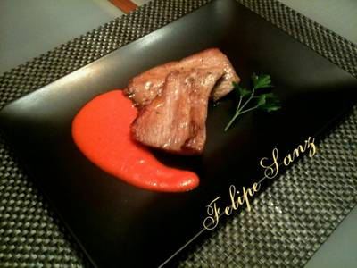 Secreto ibérico con salsa de pimientos asados