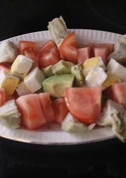 Ensalada de aguacate, huevo, alcachofa y tomate