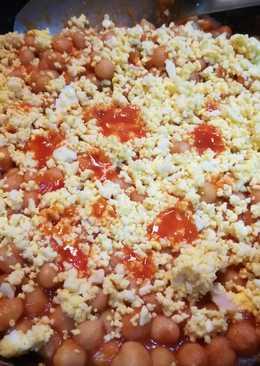 Garbanzos con sofrito de tomate y huevo duro