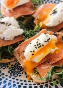 Tostadas con salmón y huevo escalfado