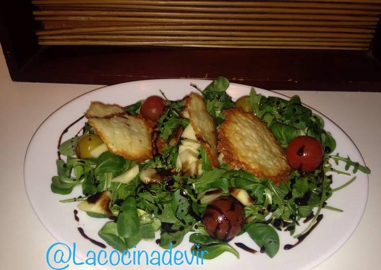 Ensalada de rúcula, canónigos y queso sin lactosa