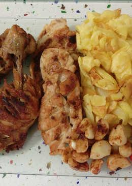 Pollo frito con patatas, pimientos y tomates cherry asados