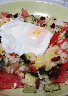 Arroz con verduras, pollo y huevo frito a la plancha