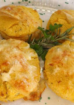 Tortas de polenta rellenas con queso Reblochon