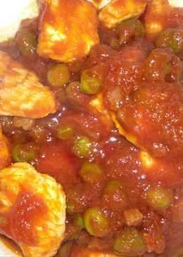 Pechuga de pavo con guisantes y tomate