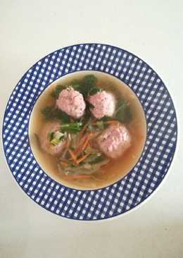 Sopa de verduras con albóndigas