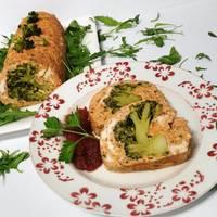 Galantina de pollo y pimiento, rellena de brócoli con tomate caramelizado