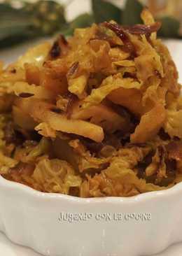 Col con manzana y especias en sartén o wok