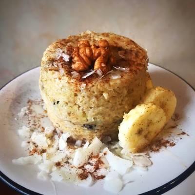 Mug cake de avena, banana, coco y pasas de uva saludable, light y energética