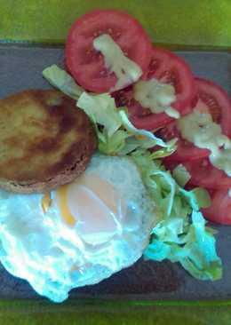 Hamburguesa envuelta en queso con berenjena rellena, huevo frito y salsa de mostaza
