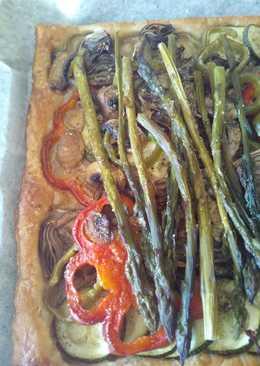 Verduras asadas sobre base de hojaldre