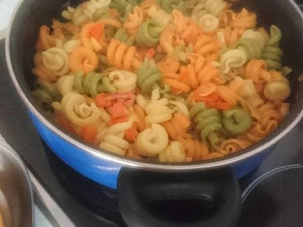 Trottole tricolore (pasta) con manzana