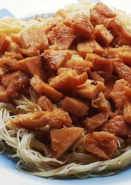 Chow Mien de chuleta de cerdo ahumada con salsa de chile