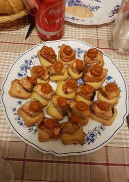 Canapés de salmón con salsa de tomate
