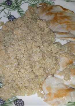 Quinoa con cúrcuma y filetes de contra muslo de pollo a la plancha