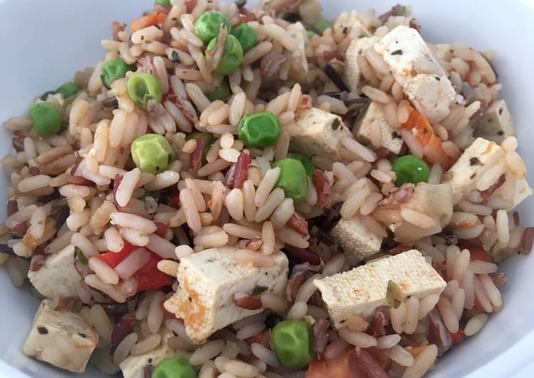 Arroz salvaje con tofu y verduras variadas