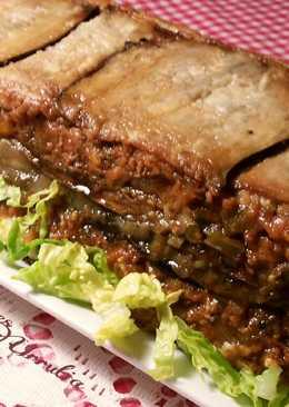 Pastel de carne, berenjenas y calabacines fritos con ensalada de hortalizas