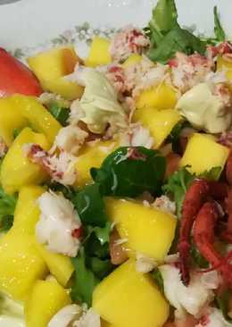 Ensalada de bogavante y mango con crema de aguacate