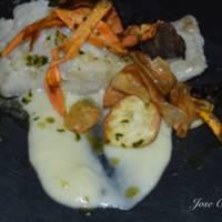 Bacalao confitado sobre vichyssoise con crujientes de verduras